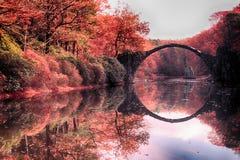 Rakotz桥梁Rakotzbrucke,恶魔` s桥梁在Kromlau 改良 库存图片