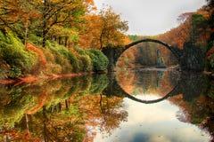 Rakotz bro Rakotzbrucke, bro för jäkel` s i Kromlau, Sachsen, Arkivfoto