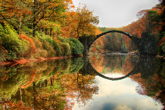 Rakotzbrug Rakotzbrucke, Duivels` s Brug in Kromlau, Saksen, Stock Foto