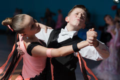 Rakovich Nikita e Trohina Anastasiya executam o programa Juvenile-1 europeu padrão Fotos de Stock Royalty Free