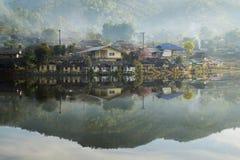 老村庄是反射Rak泰国村庄在Pai,夜丰颂,泰国 库存图片
