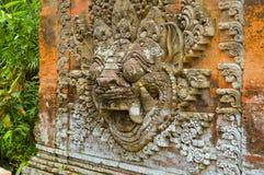 Raksasa-Wand - Schnitzen eines Dämongottes Stockfotografie
