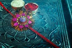 Raksha indio bandhan, Rakhi del festival con la flor, arroz imágenes de archivo libres de regalías