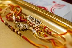Rakshabandan Raakhi med den Veera prydnaden royaltyfria foton