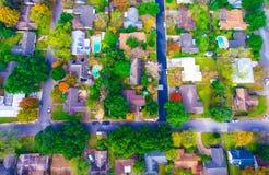 Raksträcka ner ovanför Autumn Colors Aerial på historiska hem i Austin, Texas Arkivfoton