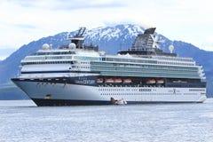Raksträckan för Ship för Alaska kändiskryssning pekar den Icy arkivfoto