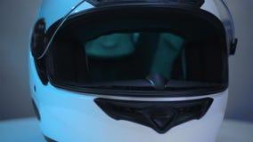 Rakt framifrån hjälm för vit motorcykel på metallbakgrund lager videofilmer