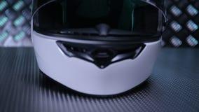 Rakt framifrån hjälm för vit motorcykel på metallbakgrund stock video