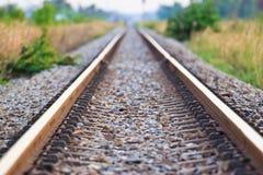 Rakt järnvägspår arkivfoto