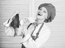 Ralador do uso da menina Realmente afiado ?til para a quantidade significativa de cozinhar m?todos Processos de cozimento b?sicos foto de stock royalty free