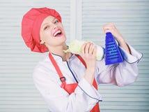 Ralador do uso da menina Realmente afiado ?til para a quantidade significativa de cozinhar m?todos Processos de cozimento b?sicos fotografia de stock