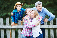 Ralationship de famille Homme, femme joyeuse et enfants ayant l'amusement dehors Photo stock