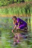 Ralax молодой женщины около озера Стоковые Изображения RF