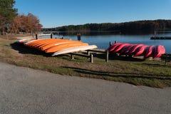Raleigh, NC 24-ое ноября 2017: Строка каноэ на парке Уилера озера в Raleigh, Северной Каролине стоковое фото