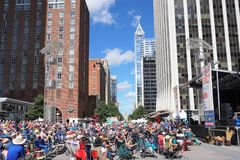 Raleigh, NC, de V.S. - 29 September, 2018 - wijd Open Blauw Grasfestival stock foto