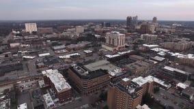Raleigh NC flyg- video av parkeringsstrukturer, takblast och byggnadsdetaljer stock video