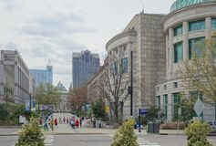 RALEIGH, NC/USA - 03-30-2019: Alameda pedestre em Raleigh do centro NC, mostrando Carolina Museum norte de ciências naturais, imagens de stock royalty free