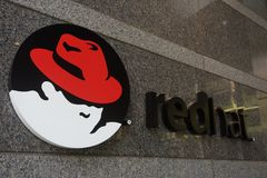 RALEIGH, NC/USA - 5-14-2015: Red Hat establece jefatura del edificio en el dow Imagen de archivo