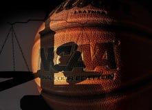 RALEIGH, NC/USA - 12-13-2018: Um basquetebol do NCAA com martelo da corte e escalas de justiça fotografia de stock