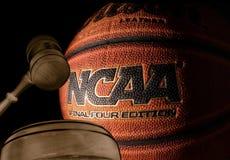 RALEIGH, NC/USA - 12-13-2018: Um basquetebol do NCAA com martelo da corte fotos de stock royalty free