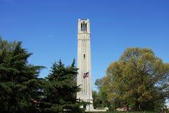 Raleigh Streetscape - Glockenturm NC-staatlicher Universität Lizenzfreie Stockfotos