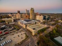 Raleigh van de binnenstad, NC bij schemer Royalty-vrije Stock Foto's