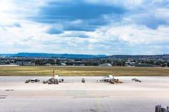 Ralenti de attente d'avion sur l'aéroport de déplacement dehors Vehic de piste Image libre de droits