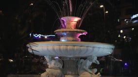 Ralentissez l'inclinaison de la fontaine lumineuse la nuit banque de vidéos