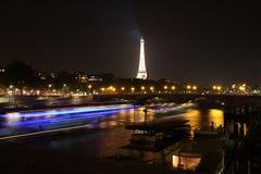 Ralentissez le bateau capturé de dîner sur son chemin à Tour Eiffel Image stock