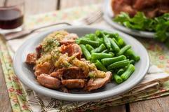 Ralentissez le porc cuit avec la compote de pommes et les haricots verts Images libres de droits