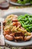 Ralentissez le porc cuit avec la compote de pommes et les haricots verts Image stock