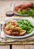 Ralentissez le porc cuit avec la compote de pommes et les haricots verts Photographie stock