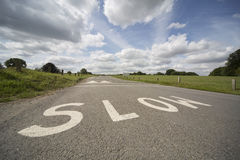 RALENTISSEZ, marquage routier BRITANNIQUE Photo libre de droits