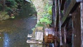 Ralentissez très proche de la roue de moulin énorme Taramundi 05 clips vidéos