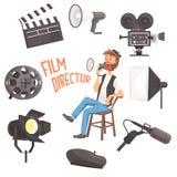 Réalisateur s'asseyant avec le processus de contrôle de tir de film de mégaphone entouré par l'ensemble de Moviemaking d'Ofbjects Photos stock