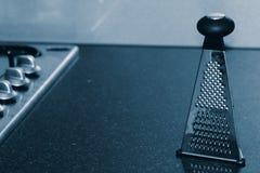 Rallador del alimento en contador de cocina Imagen de archivo libre de regalías