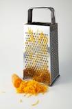 Rallador y zanahorias de la cocina Imagen de archivo