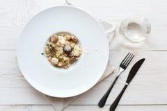 Ralle el parmesano en el risotto salvaje del porcini de las setas, opinión superior de la cocina italiana Imagenes de archivo