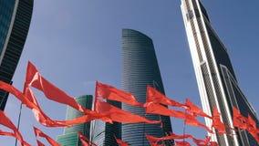 Rallentatore del distretto dei busineess di intrenational di Mosca dei grattacieli con le bandiere rosse d'ondeggiamento archivi video