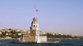 Rallentatore della vista nubile della torre dal mare di Bosphorus a Costantinopoli, Turchia stock footage