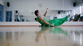 Rallentatore: equipaggi mettere sul pavimento e la torsione della catena nell'ambito del suo corpo archivi video