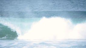 Rallentatore 4k del tubo chiuso del surfista archivi video