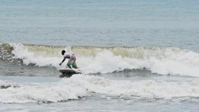 Rallentatore praticante il surfing di Bali Indonesia del surfista stock footage