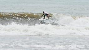Rallentatore praticante il surfing di Bali Indonesia del surfista video d archivio