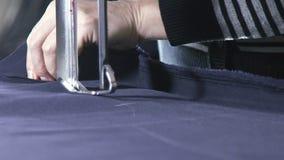 Rallentatore taglio e cucire Fabbrica dell'indumento Fabbrica del tessuto stock footage
