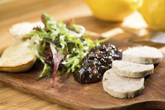 Rallenti la coscia di pollo brasata & rooled, chutney dell'uva Fotografia Stock