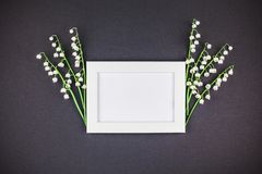 Ramåtlöje upp med buketten av liljekonvaljer Arkivbilder