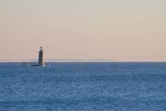 Ram海岛在日出的壁架灯塔在北部入口 免版税库存照片