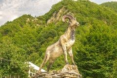 Ram雕象有山风景背景 免版税库存照片