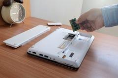 RAM για τον άσπρο φορητό προσωπικό υπολογιστή στο ξύλινο πάτωμα στοκ εικόνες